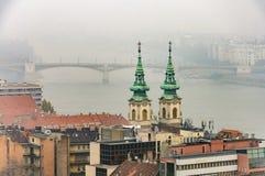 多瑙河和铁锁式桥梁的雾被覆盖的都市风景 免版税库存图片