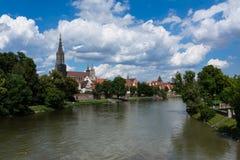 多瑙河和Ulmer MÃ ¼ nster大教堂乌尔姆白天环境美化 免版税库存图片