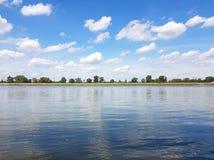 多瑙河在5月,很远从城市 库存照片