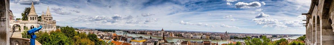多瑙河奔跑通过布达佩斯 免版税图库摄影