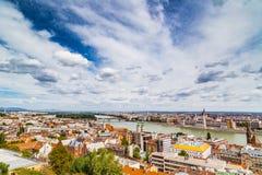 多瑙河奔跑通过布达佩斯 库存图片