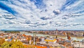 多瑙河奔跑通过布达佩斯 免版税库存图片