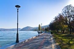 多瑙河宽喜欢在Djerdap峡谷入口前面的海,从散步的一个看法在市Golubac 库存照片