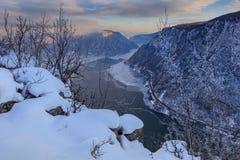 多瑙河峡谷在冬天 罗马尼亚 库存图片