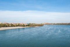 多瑙河彼得罗瓦拉丁堡垒和市诺维萨德塞尔维亚海滩子线看法有上面天空蔚蓝的在晴朗的秋天天 免版税库存图片