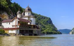 多瑙河海岸线的Mraconia修道院 库存图片