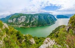 多瑙河狼吞虎咽,从Ciucaru Mic峰顶, Dubova村庄,罗马尼亚的全景 库存照片