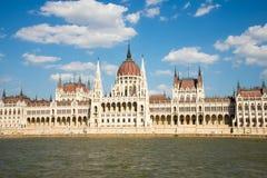 从多瑙河的匈牙利议会大厦 图库摄影
