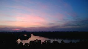 多瑙河的美好的晚上视图在贝尔格莱德,塞尔维亚 浪漫日落 免版税库存图片