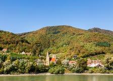 多瑙河的银行的一个美丽如画的村庄在Austri 图库摄影