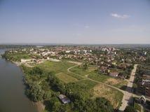 多瑙河的镇,鸟瞰图 免版税库存图片