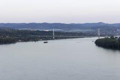 多瑙河视图和自由桥梁 免版税库存图片