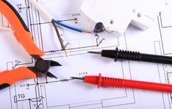 多用电表、钳子、电保险丝和导线缆绳在结构图 免版税库存图片