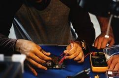 多用电表测量的计算机电路板特写镜头  库存图片