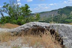 多白粉岩石在波隆纳附近的石灰岩地区常见的地形公园 免版税库存照片