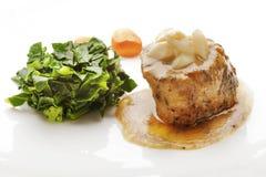 水多的小腓厉牛排服务用调味汁和菜 库存图片