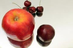水多的成熟樱桃和红色苹果计算机 库存图片