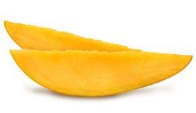 水多的新两个切片与叶子的芒果 库存照片