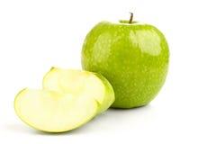 水多的新绿色苹果和苹果切片 库存照片