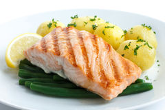 水多的烤三文鱼内圆角用菜豆和煮沸的potatoe 免版税库存图片