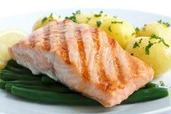 水多的烤三文鱼内圆角用菜豆和煮沸的potatoe 库存图片