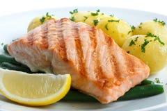 水多的烤三文鱼内圆角用菜豆和煮沸的potatoe 免版税库存照片