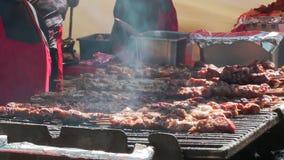 水多的烤鸡串,由白肉和烟肉制成,被转动在bbq 影视素材