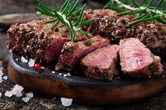 水多的牛排半生半熟牛肉 免版税库存照片