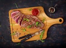 水多的牛排罕见的牛肉用香料 库存图片