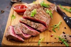 水多的牛排罕见的牛肉用香料 免版税库存照片