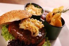 水多的牛肉汉堡 免版税图库摄影