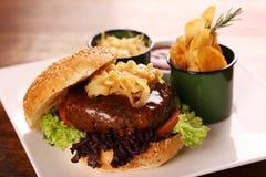 水多的牛肉汉堡 免版税库存照片