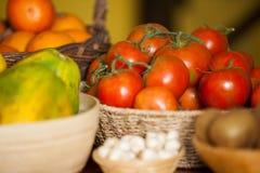 水多的蕃茄和果子在有机部分 免版税库存图片