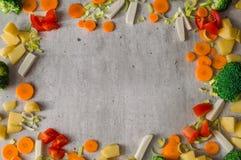 水多的被切的菜框架在灰色石背景的 免版税库存图片