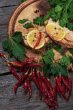 水多的被烘烤的三文鱼用柠檬和草本 免版税库存照片