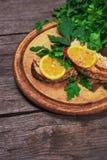 水多的被烘烤的三文鱼用柠檬和草本 库存照片