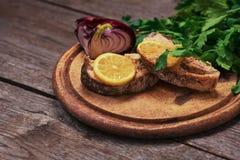水多的被烘烤的三文鱼用柠檬和草本 免版税库存图片
