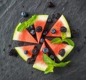 水多的西瓜,成熟黑莓开胃菜和 免版税库存照片