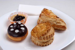 多福饼、杯形蛋糕和PASTRYWITH巧克力 库存图片