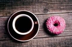 多福饼与在木桌和桃红色背景上洒 油炸圈饼的两种类型 蛋糕和甜点 食物细节 关闭 淡色col 免版税库存照片