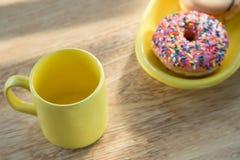 多福饼和杯子在桌上 库存图片