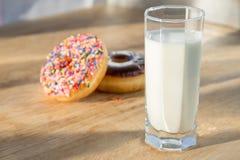 多福饼和杯子牛奶 免版税图库摄影