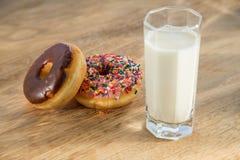 多福饼和杯子牛奶 免版税库存照片