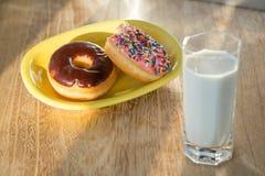多福饼和杯子牛奶 图库摄影