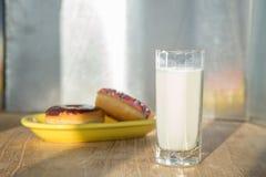 多福饼和杯子牛奶 库存图片
