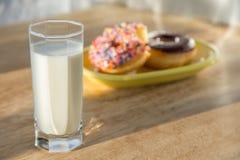 多福饼和杯子牛奶 免版税库存图片