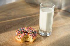 多福饼和杯子牛奶 库存照片
