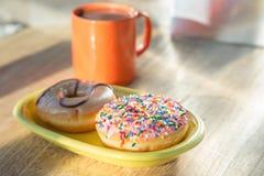 多福饼和热巧克力 免版税库存照片