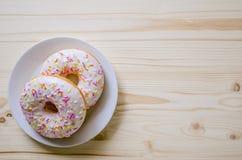 多福饼在板材和在一张木桌上 甜点照片  免版税库存图片