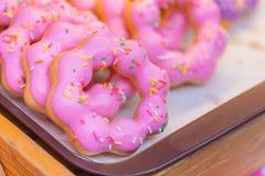 多福饼或多福饼给上釉的糖冰的甜桃红色洒 库存照片